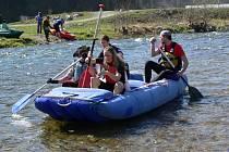 K úklidu říčních břehů se vydali vodáci na dvanácti kánoích a dvou raftech