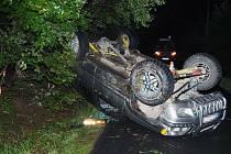 Při neúspěšném rychlocouvání přetočil řidič auto na střechu.
