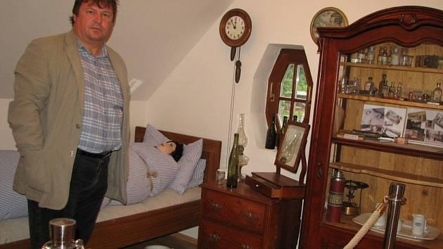 Starosta Lubomír Žmolík v první místnosti muzea ukazuje, jak vypadal typický lázeňský pokojík.