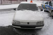 Opilý a zfetovaný řidič Peugeotu 405 narazil v pátek 22. března ve Zlatých Horách do policejního auta.