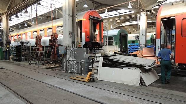 Modernizace vagonů v dílnách šumperského podniku Pars nova.
