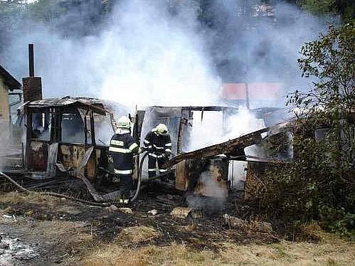 Hasiči likvidují požár kůlny v Koutech nad Desnou