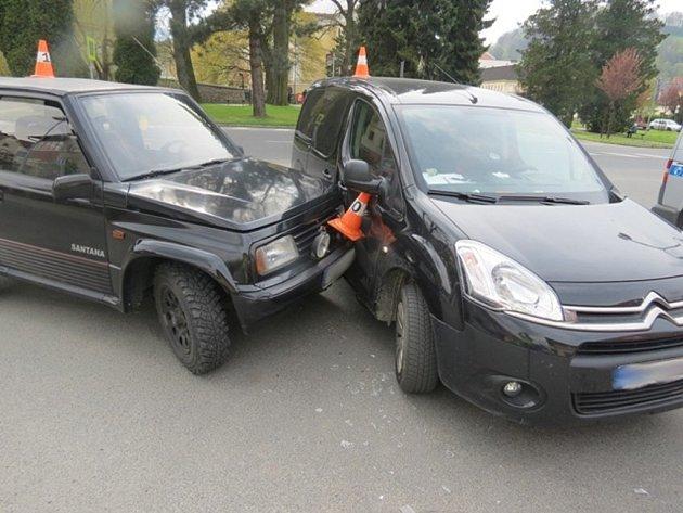 Dvě auta se střetla v Jeseníku.
