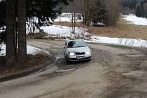 Velmi rozbitá je již řadu let silnice z Loučné do Nových Losin přes Přemyslovské sedlo.