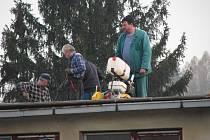 Dělníci už rozebírají střechu krytého bazénu v Zábřehu.