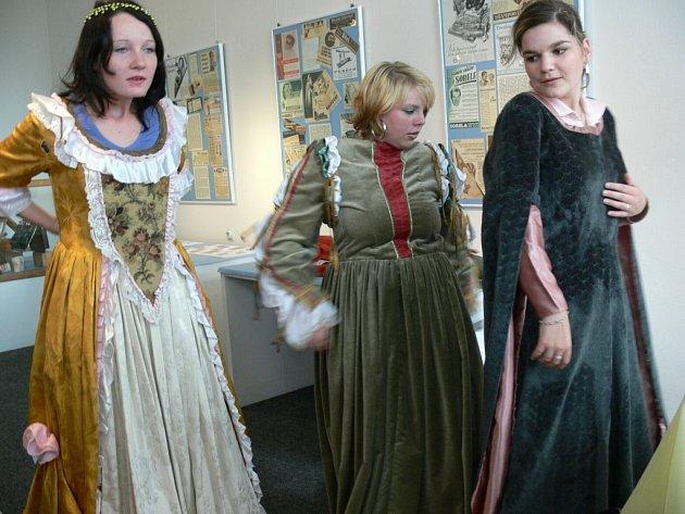 Učnice oboru prodavačky si výstavu prohlédly v   dobových šatech.