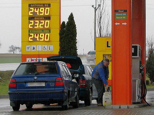 U čerpacích stanic Vena Trade na Šumpersku už spadla cena za litr naturalu 95 pod magickou hranici pětadvaceti korun.