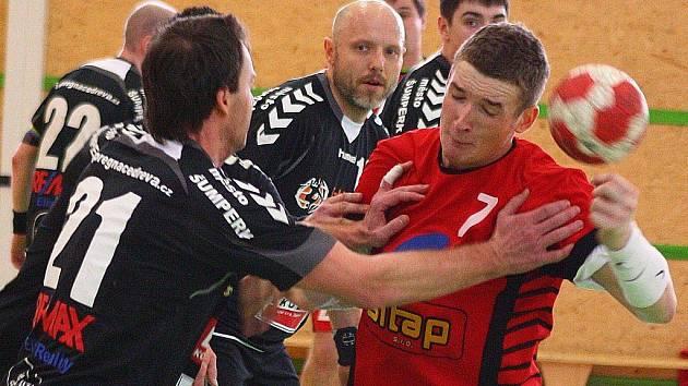 Šumperští házenkáři (černé dresy) mají na dosah první místo v 1. lize