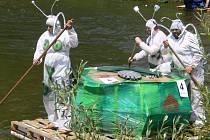Snímek z loňského ročníku plavby netradičních plavidel po Desné