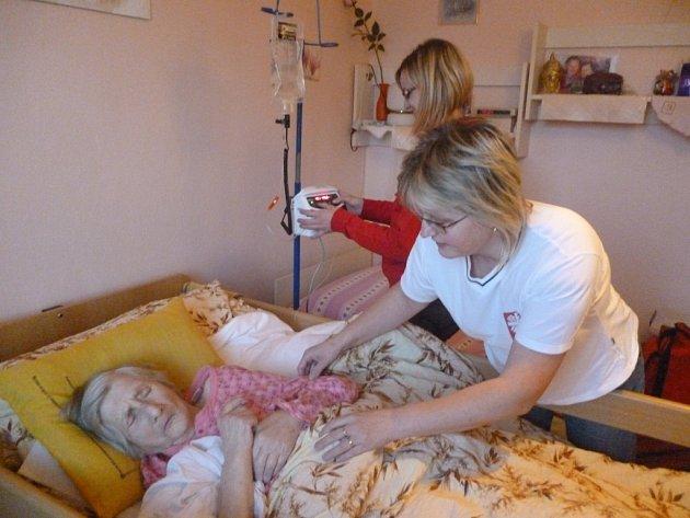 Díky domácí hospicové péči Charity mohou staří a nevyléčitelně nemocní lidé prožít poslední dny života doma v kruhu svých blízkých. Ilustrační foto.