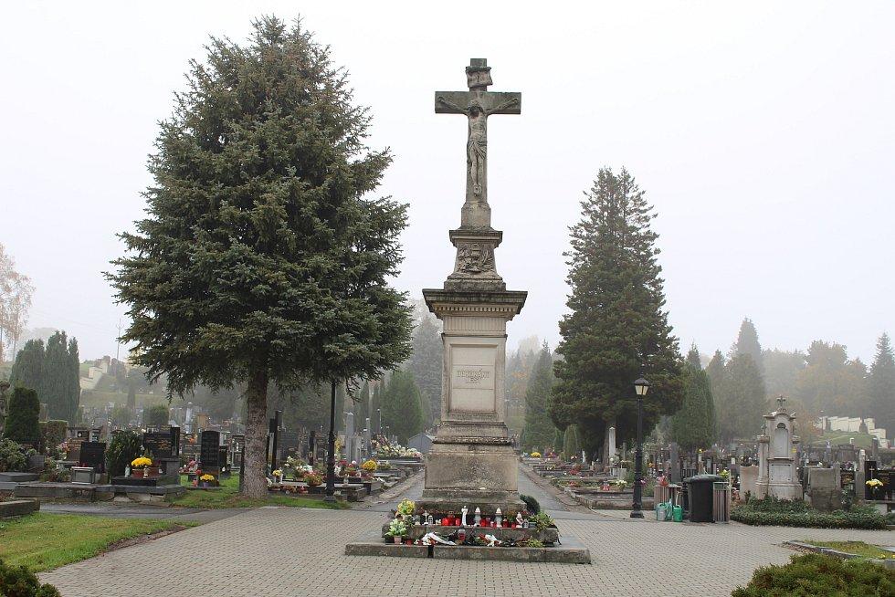 Centrální kříž na šumperském hřbitově.