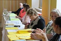 Volby v prostorách obchodní školy v Šumperku.