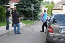 Zábřežské sídliště Výsluní: odpoledne by některými ulicemi cisterna hasičů těžko projela. Chybějí parkoviště, auta stojí, kde se dá