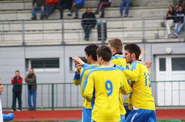 Šumperští fotbalisté se radují před prázdnými tribunami Tyršova stadionu.