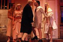 Komediální příběh tří těhotných dívek uvede premiérově v sobotu 19 prosince Divadlo Šumperk. Představení Tři v tom z pera Jaroslava Vostrého je inspirováno italským žánrem renesanční komedie dell'arte
