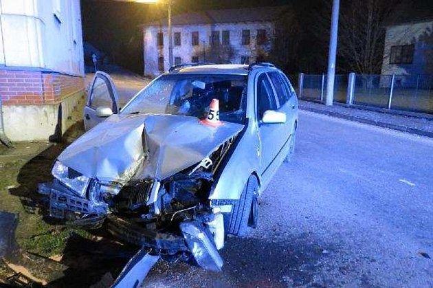 Opilý řidič naboural do zdi kostela.