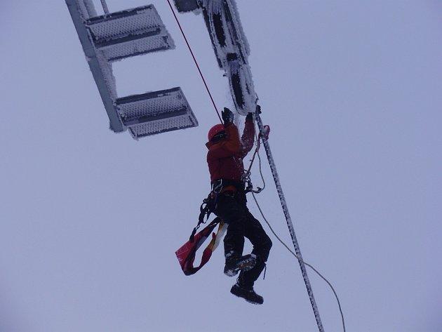Na Červenohorském sedle se konal nácvik evakuace pasažérů ze sedaškové lanovky.