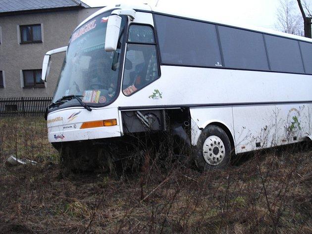 Autobus byl po něhodě velmi poničen.