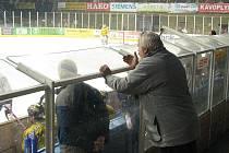 Fanoušek Draků vyjadřuje svou nespokojenost s výkony šumperských hokejistů u střídačky Draků