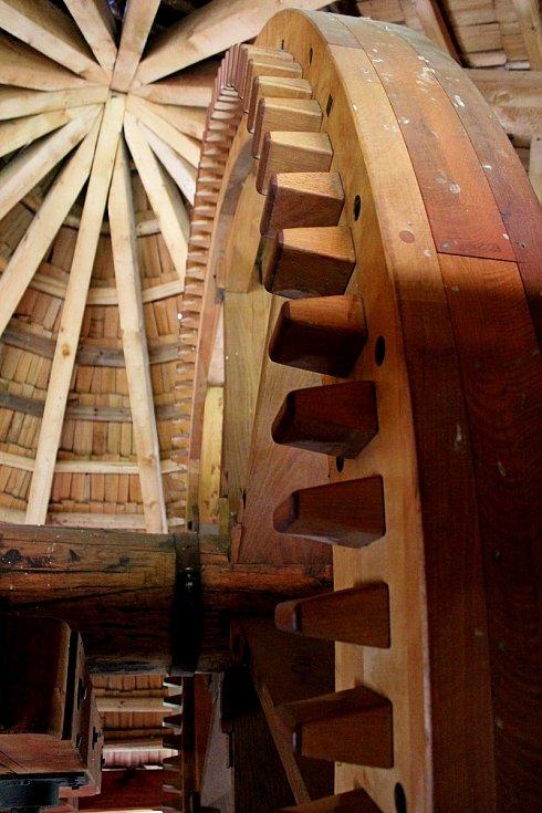 Replika větrného mlýna nad Jalubím lákala o víkendu veřejnost knávštěvě.