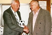 Antonín Petruška (vlevo) na oslavách sedmdesáti let mohelnické kopané v roce 2006