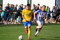 Šumperk versus Uničov (modré dresy) během pohárového utkání.