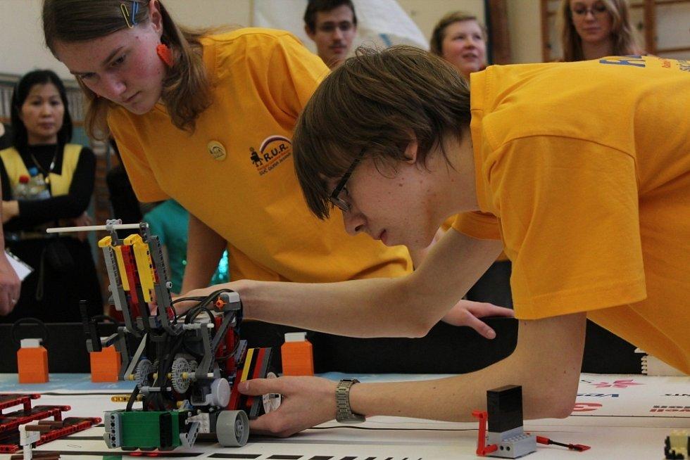 Jesenický tým R.U.R. při jedné z diciplín na republikovém finále robotické soutěže First Lego League v Olomouci.