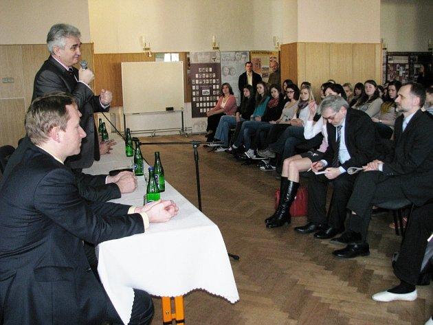 Se studenty zábřežského gymnázia besedoval v úterý 5. března předseda Senátu Milan Štěch, senátoři Karel Korytář a Martin Tesařík, hejtman Olomouckého kraje Jiří Rozbořil a starosta města František John.