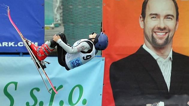 Akrobatičtí lyžaři trénují na mistrovství Evropy v Akrobat Parku ve Štítech