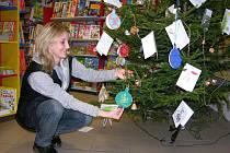 Knihkupectví Librex v přízemí obchodního centra Alkron v Jeseníku zdobí od pátku 5. listopadu vánoční strom plný barevných přáníček