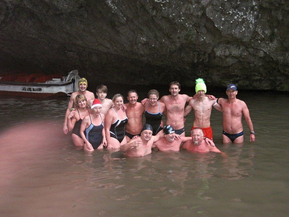 Zábřežští zimní plavci v akci, snímek je z řeky Punkvy.