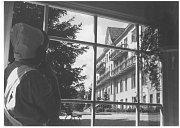 ZA OKNEM. Pohled zvrátnice na budovu Sanatorky, snímek ze 60. let 20. století.