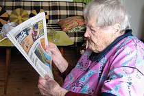 Štěpánka Hrachovinová čte své oblíbené noviny i ve svých pětadevadesáti letech bez brýlí.