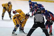Draci porazili ve středu na domácím ledě Nový Jičín (modré dresy)