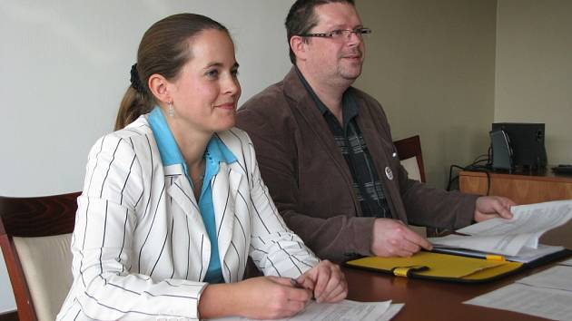 Šumperští zastupitelé Zdeňka Dvořáková Kocourková (PRO – REGION) a Tomáš Menšík (ANO) svolali tiskovou konferenci a oznámili, že podali trestní oznámení ve věci dluhu v hotelu Sport.