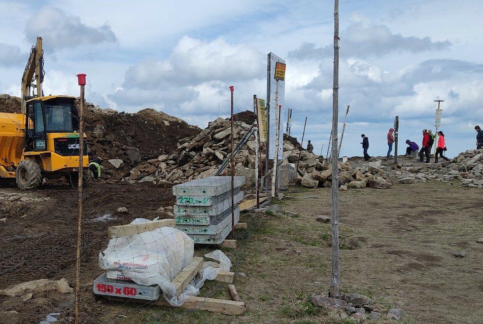 Staveniště a přístupová cesta na vrchol Králického Sněžníku na konci května 2021.