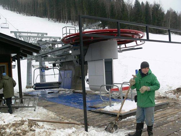 Čtyřsedačková lanovka vyveze na svah až dva tisíce čtyři sta lyžařů za hodinu. Majitelé areálu chtějí první sportovce přivítat ještě před Vánocemi.