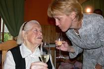 Se svými gratulanty si Marie Doskočilová připila na zdraví.