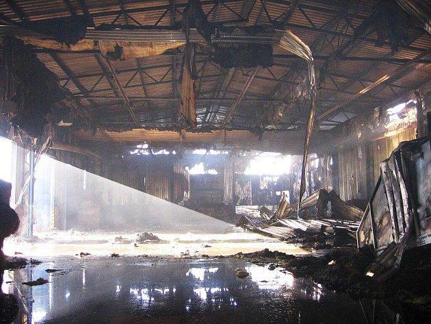 K požáru výrobní haly peletkárny v Mikulovicích vyjíždělo v neděli 30. ledna před půlnocí několik hasičských jednotek
