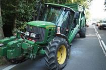Traktoru u Postřelmova za jízdy upadlo kolo.