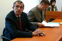 Bývalý tajemník Antonín Janhuba (vlevo) u soudu