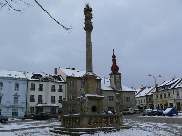 Sloup hlídají čtyři patroni – světci Jan Nepomucký, Florián, Šebestián a Roch.