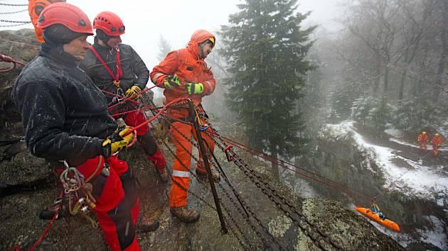 Společný výcvik českých a polských hasičů - lezců při záchraně horolezce na Čertových skalách u města Jeseník