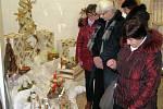 Tradiční vánoční výstava ve Střední škole sociální péče a služeb v Zábřehu nabízí moderní aranžmá i připomenutí sedmistého výročí narození Karla IV.