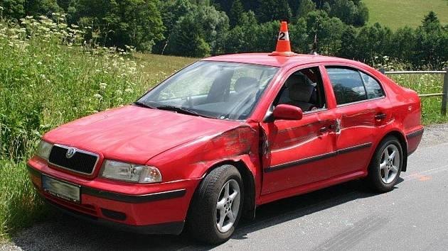 Pozor při řízení nedával řidič nákladního vozu značky Tatra 815, který v pondělí před třináctou hodinou sjížděl z kopce z Ostružné na Jesenicku směrem na Brannou. Pod viaduktem narazil do protijedoucího auta