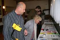 Vlastimil Flášar (v popředí) vystavil o víkendu předměty, které nalezl s pomocí detektoru kovů, v Kulturním domě v Policii.
