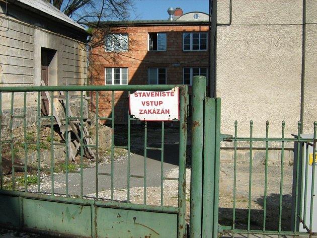Škola je už osmým rokem staveništěm, po kterém se musejí pohybovat i žáci cestou do tělocvičny.