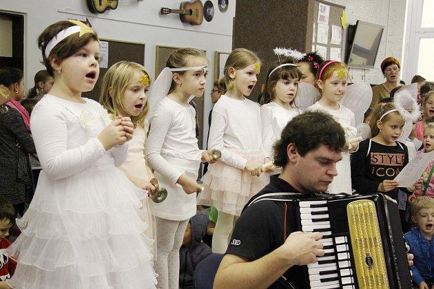 Nácvik na akci Česko zpívá koledy na základní škole Sluneční v Šumperku.