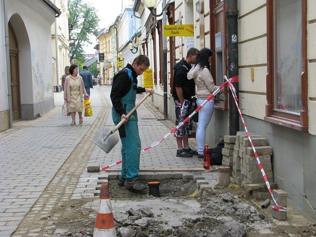 V Kozinově ulici se ještě pracuje na odstranění nedodělků.