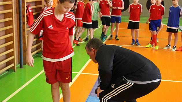 Tomáš Ujfalujši testoval na Základní škole Sluneční v Šumperku mladé fotbalisty.